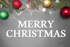 Kerstmisdecoratie met tekst GELUKKIG NIEUWJAAR 2017 op grijze backgroundMERRYkerstmis Stock Afbeeldingen