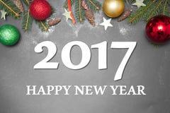 Kerstmisdecoratie met tekst GELUKKIGE VAKANTIE 2017 op grijze achtergrond Royalty-vrije Stock Fotografie