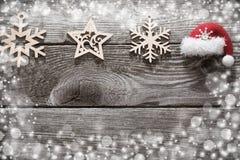 Kerstmisdecoratie met weinig rode hoed op houten backgroun royalty-vrije stock foto