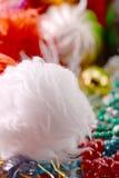 Kerstmisdecoratie met wit spar en lint Stock Fotografie