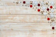 Kerstmisdecoratie met witte sneeuwvlokken, rode sterren en houten Royalty-vrije Stock Afbeeldingen