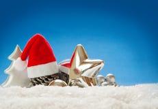 Kerstmisdecoratie op blauwe achtergrond wordt geïsoleerd die Royalty-vrije Stock Foto's