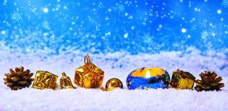 Kerstmisdecoratie op blauwe achtergrond wordt geïsoleerd die Stock Afbeelding