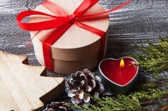Kerstmisdecoratie op bruine sjofele achtergrond Stock Afbeeldingen