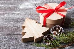 Kerstmisdecoratie op bruine sjofele achtergrond Stock Foto's