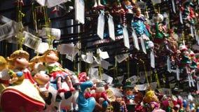 Kerstmisdecoratie op de markt stock videobeelden