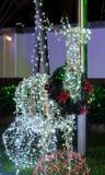 Kerstmisdecoratie op de straat Een hert maakte van het gloeien Kerstmislichten Feestelijk decor royalty-vrije stock afbeeldingen