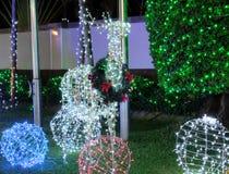 Kerstmisdecoratie op de straat Een hert maakte van het gloeien Kerstmislichten Feestelijk decor royalty-vrije stock fotografie