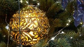 Kerstmisdecoratie op de takken van de takkenspar met gouden snuisterijen stock videobeelden