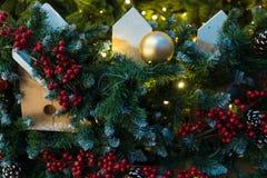 Kerstmisdecoratie op de takkenspar Stock Foto's