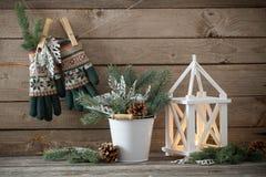 Kerstmisdecoratie op donkere oude houten achtergrond Stock Afbeeldingen