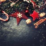Kerstmisdecoratie op donkere raad - Kerstkaart met feestelijk Stock Fotografie