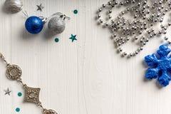 Kerstmisdecoratie op een achtergrond van witte geschilderde rustieke boa Royalty-vrije Stock Fotografie