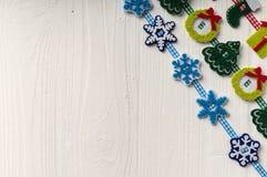 Kerstmisdecoratie op een achtergrond van witte geschilderde rustieke boa Royalty-vrije Stock Foto