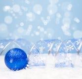 Kerstmisdecoratie op een blauwe achtergrond met copyspace voor tex Stock Foto