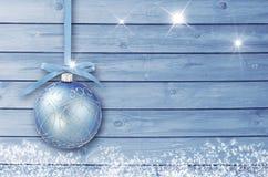 Kerstmisdecoratie op een blauwe houten raad met witte sneeuw, sneeuwvlokken, ijskristallen Eenvoudige Kerstmis, Nieuwjaarskaart Royalty-vrije Stock Fotografie