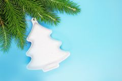 Kerstmisdecoratie op een de lentes net close-up, Kerstmisachtergrond, Kerstmisstemming, malplaatje voor tekst, plaats voor tekst royalty-vrije stock afbeelding