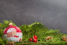 Kerstmisdecoratie op een grijze achtergrond Royalty-vrije Stock Afbeeldingen