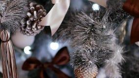 Kerstmisdecoratie op een Kerstmisboom Feestelijk decor in het huis stock footage