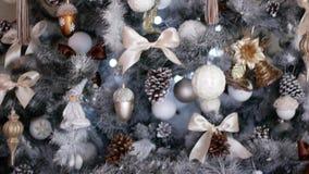 Kerstmisdecoratie op een Kerstmisboom Feestelijk decor in het huis stock video