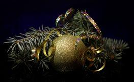Kerstmisdecoratie op een zwarte oppervlakte van de spiegelbezinning Stock Foto