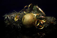 Kerstmisdecoratie op een zwarte oppervlakte van de spiegelbezinning Royalty-vrije Stock Foto's