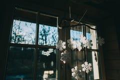 Kerstmisdecoratie op het venster Stock Afbeelding