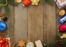 Kerstmisdecoratie op hout Royalty-vrije Stock Afbeeldingen