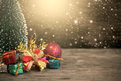 Kerstmisdecoratie op houten achtergrond met sneeuw stock afbeeldingen
