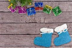 Kerstmisdecoratie op houten lijst Royalty-vrije Stock Afbeeldingen