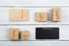 Kerstmisdecoratie op houten lijst - giftvakjes en miniblac Stock Afbeeldingen