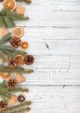 Kerstmisdecoratie op oude grunge houten raad Royalty-vrije Stock Afbeelding