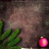 Kerstmisdecoratie op oude grungeachtergrond Stock Afbeeldingen