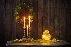 Kerstmisdecoratie op oude Houten Achtergrond stock afbeelding