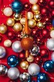 Kerstmisdecoratie op rode achtergrond Royalty-vrije Stock Afbeelding
