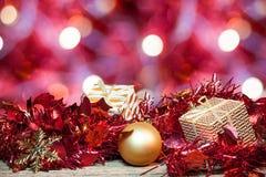 Kerstmisdecoratie op rode bokeh abstracte achtergrond Stock Afbeelding