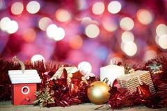 Kerstmisdecoratie op rode bokeh abstracte achtergrond Stock Foto's