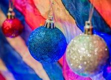 Kerstmisdecoratie op veelkleurige achtergrond Stock Fotografie