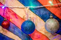 Kerstmisdecoratie op veelkleurige achtergrond Stock Afbeeldingen
