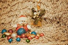 Kerstmisdecoratie op warme achtergrond met sneeuwman Stock Foto