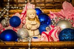 Kerstmisdecoratie op warme achtergrond met weinig engel Stock Fotografie