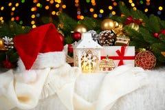 Kerstmisdecoratie op wit bont met de close-up van de sparrentak, giften, Kerstmisbal, kegel en ander voorwerp op donkere achtergr Stock Afbeeldingen