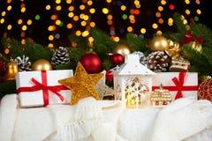 Kerstmisdecoratie op wit bont met de close-up van de sparrentak, giften, Kerstmisbal, kegel en ander voorwerp op donkere achtergr Royalty-vrije Stock Foto