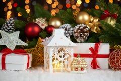 Kerstmisdecoratie op wit bont met de close-up van de sparrentak, giften, Kerstmisbal, kegel en ander voorwerp op donkere achtergr Royalty-vrije Stock Afbeeldingen