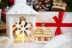 Kerstmisdecoratie op wit bont met de close-up van de sparrentak, giften, Kerstmisbal, kegel en ander voorwerp op donkere achtergr Royalty-vrije Stock Afbeelding