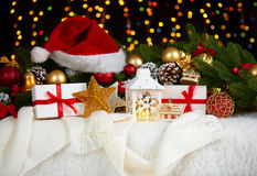 Kerstmisdecoratie op wit bont met de close-up van de sparrentak, giften, Kerstmisbal, kegel en ander voorwerp op donkere achtergr Stock Foto's