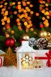 Kerstmisdecoratie op wit bont met de close-up van de sparrentak, giften, Kerstmisbal, kegel en ander voorwerp op donkere achtergr Stock Foto