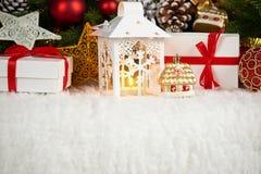 Kerstmisdecoratie op wit bont met de close-up van de sparrentak, giften, Kerstmisbal, kegel en ander voorwerp op donkere achtergr Stock Fotografie
