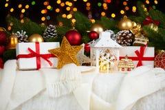 Kerstmisdecoratie op wit bont met de close-up van de sparrentak, giften, Kerstmisbal, kegel en ander voorwerp op donkere achtergr Royalty-vrije Stock Foto's