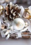 Kerstmisdecoratie op witte achtergrond stock afbeeldingen